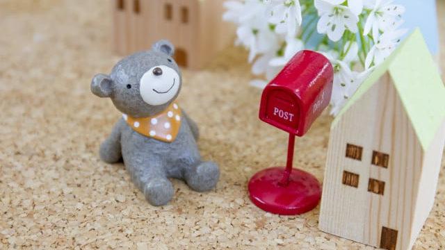 ポストと手紙を待つクマ