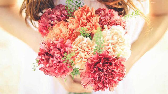 両手に花を持つ女の子