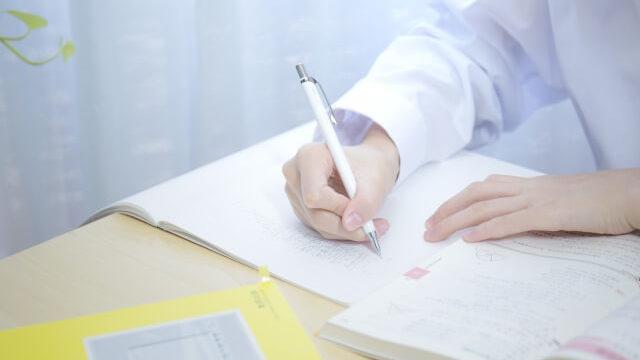 勉強する学生の手