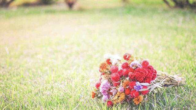 草の上に置いてある花束
