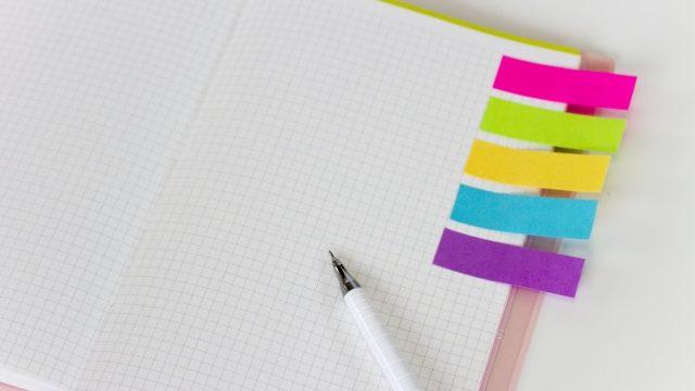 手帳と4種類の付箋