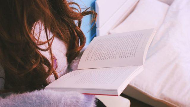 読書中の女の人の手元