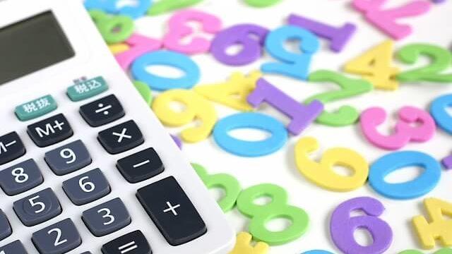 電卓と無造作に置かれた数字
