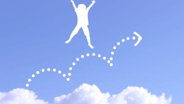 空でホップステップジャンプするイメージ