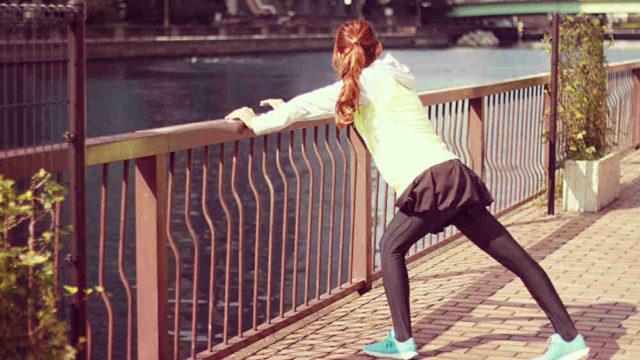 準備体操する女性