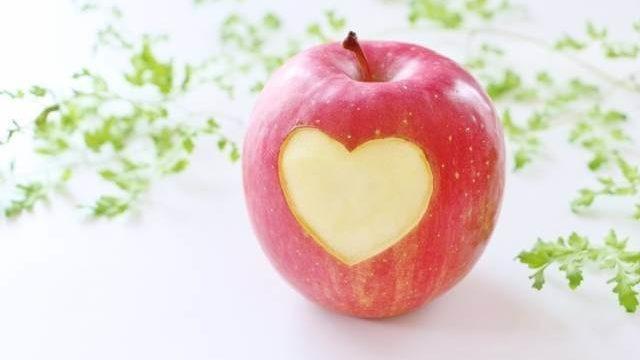 ハートにくりぬかれたリンゴ