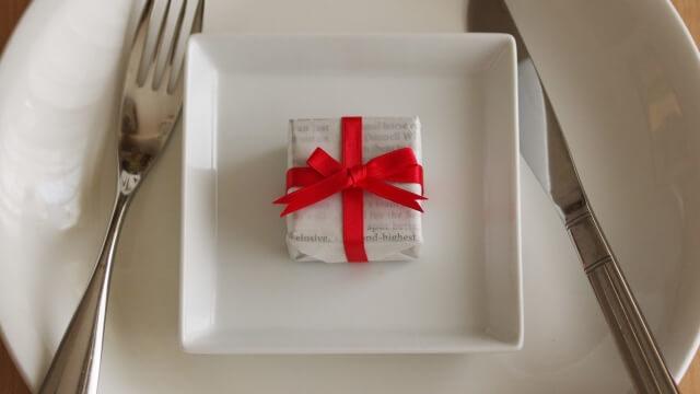 お皿の上に置かれたプレゼント