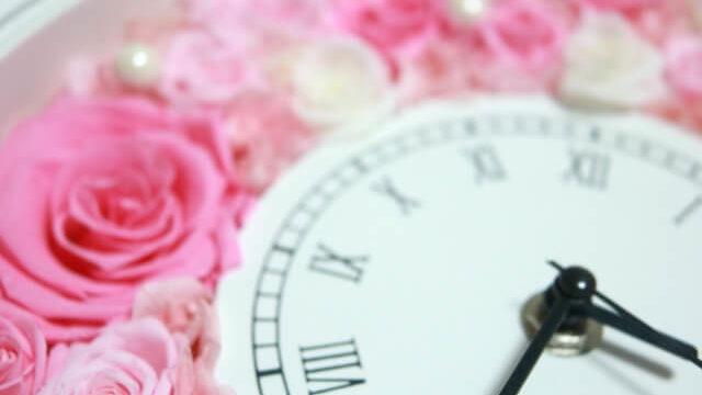 花に埋まっている時計