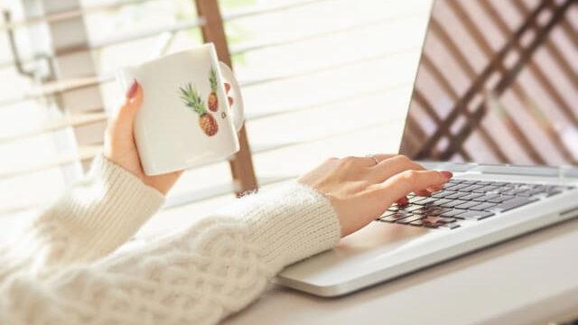 コーヒーを飲みながらパソコン作業