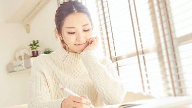 机で勉強する女性
