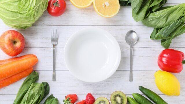 皿の周りに野菜と果物